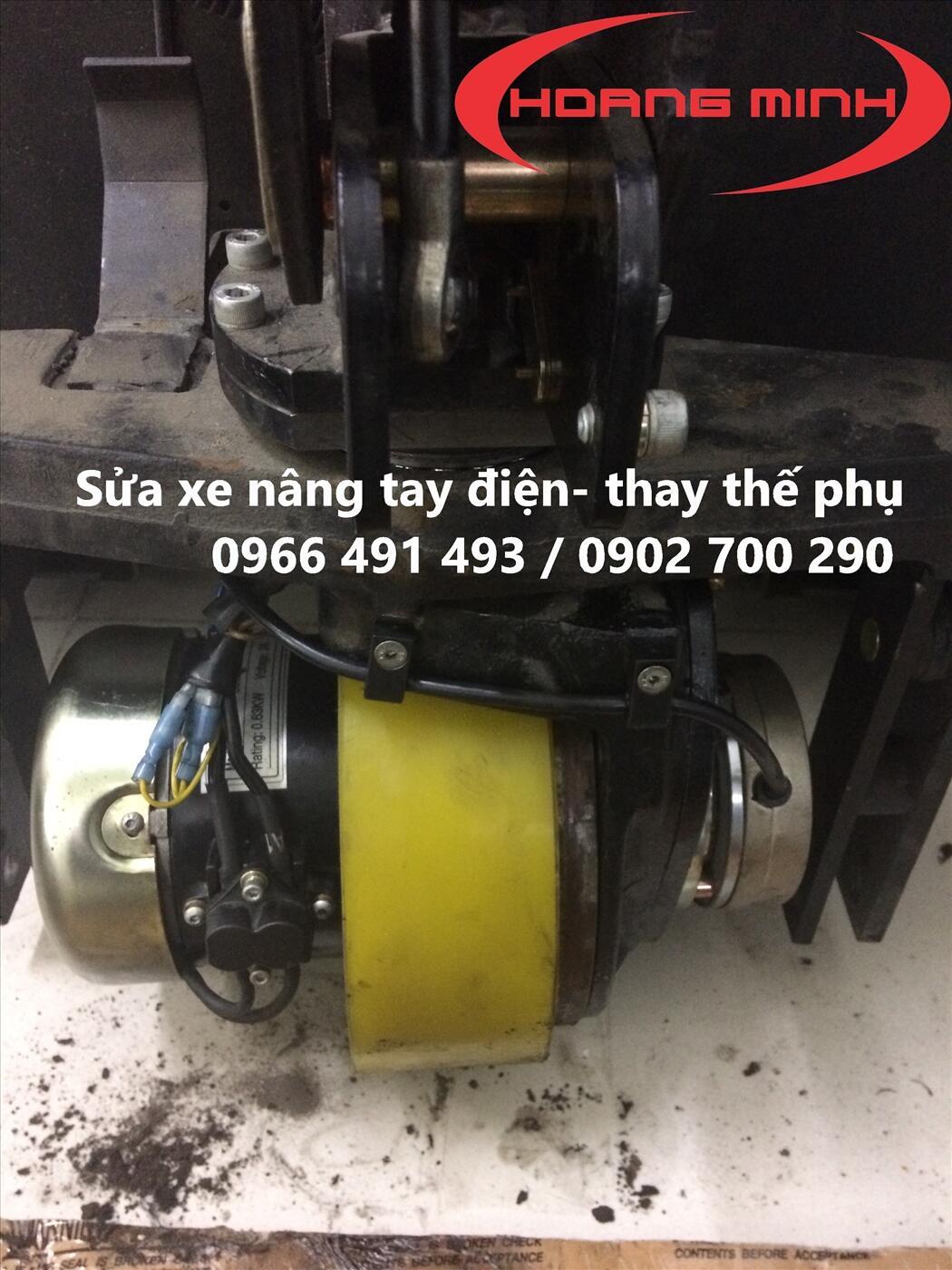 thay bánh xe nâng điện con cóc- xe nâng stacker