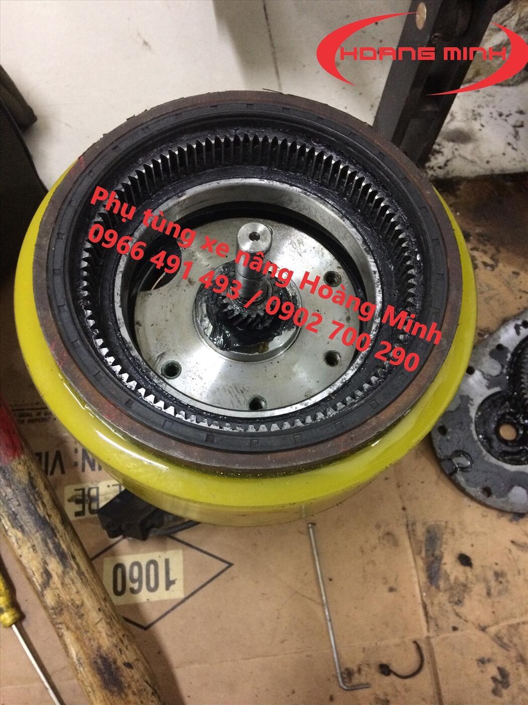 Thay bánh xe nâng tay điện
