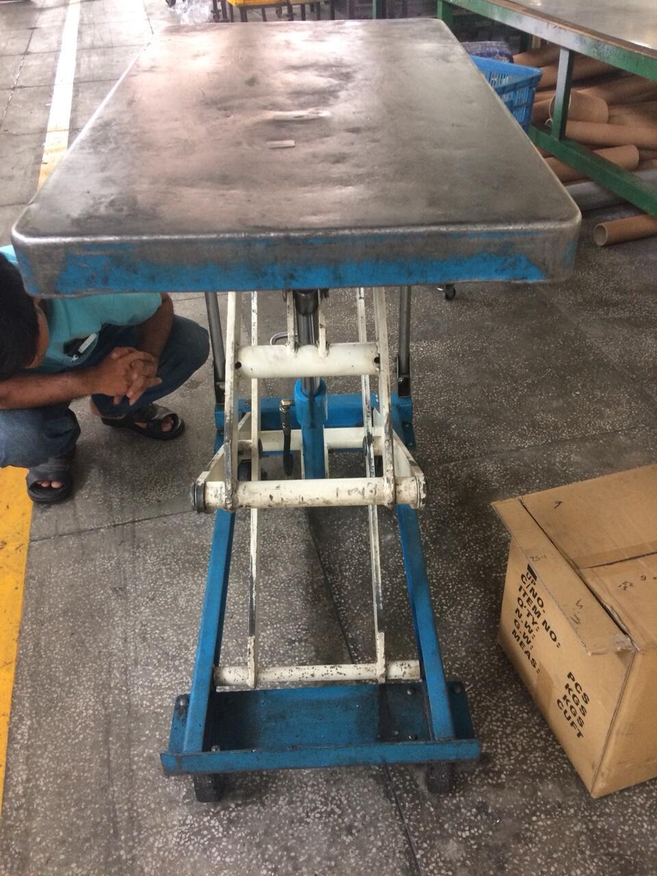 sửa xe nâng mặt bàn 500KG tại công ty khách hàng