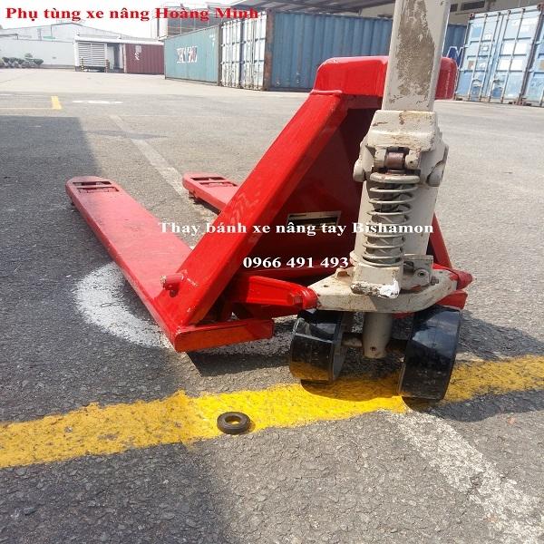 Thay bánh xe nâng tay Bishamon- phụ tùng xe nâng Hoàng Minh