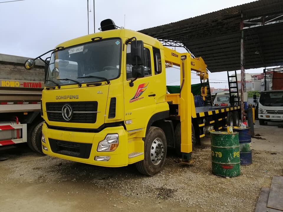 xe tải gắn cẩu nâng đầu 4 chân dongfeng gắn cẩu soosan 12 tấn
