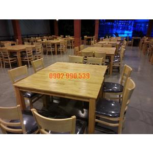 Bàn ghế trong hòng ăn nhà hàng