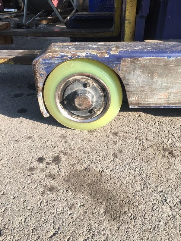 Thay bánh xe nâng điện đứng lái PU 254x169
