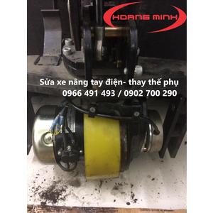 Cung cấp phụ tùng- sửa chữa xe nâng tay điện- Thay bánh lái PU