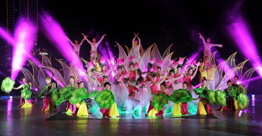 Hình ảnh nhóm múa trong buổi biểu diễn