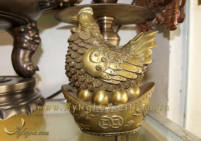 Tượng gà đẻ trứng vàng đúc đồng phong thủy