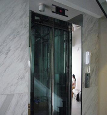 Tầng trệt : khung bản rộng inox gương - cửa kính cường lực nẹp inox xung quanh
