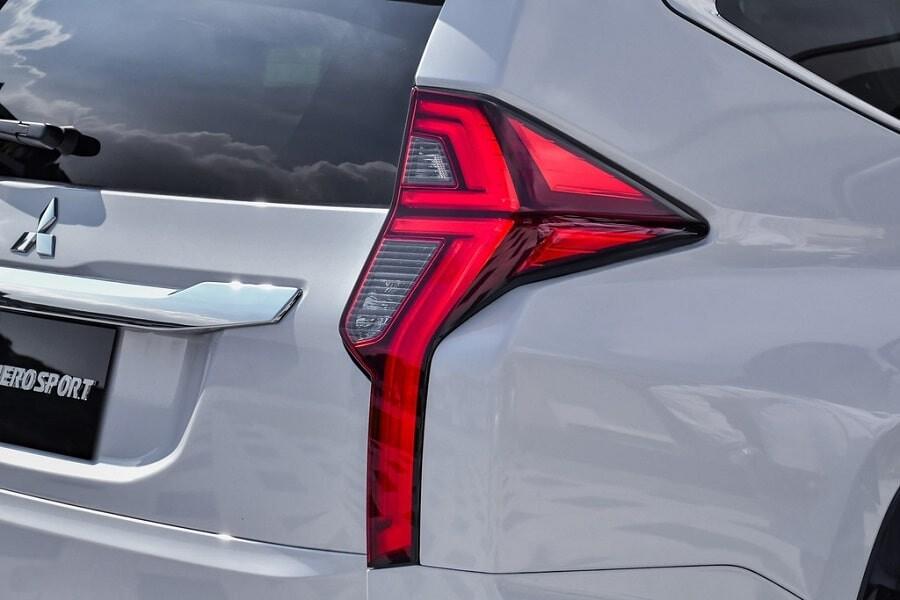 Cụm đèn hậu dạng LED xe Mitsubishi Pajero Sport 2.4L Diesel