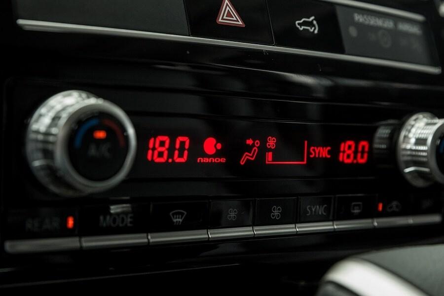 Điều hòa tự động 2 vùng nhiệt độ trên Pajero Sport phiên bản động cơ máy dầu