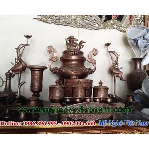 Bộ đỉnh đồng thờ cúng đầy đủ trên bàn thờ màu hun nâu đỏ