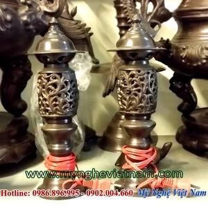 Đôi đèn thờ cúng, đèn cắm điện bằng đồng hun giả cổ