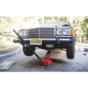 Dùng bơm xe nâng kích nâng xe hơi lên để sửa chữa