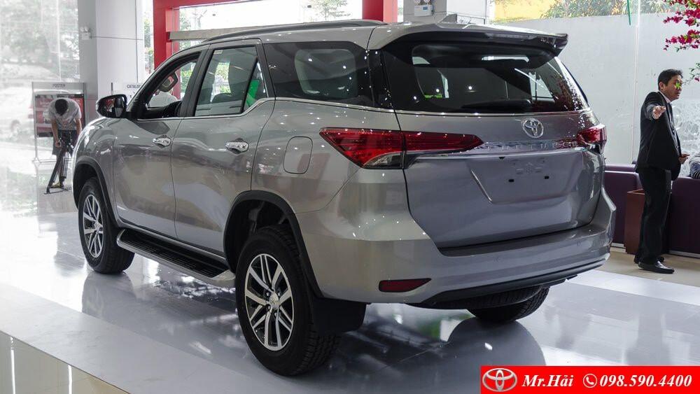 Đuôi xe Toyota Fortuner V 2.8