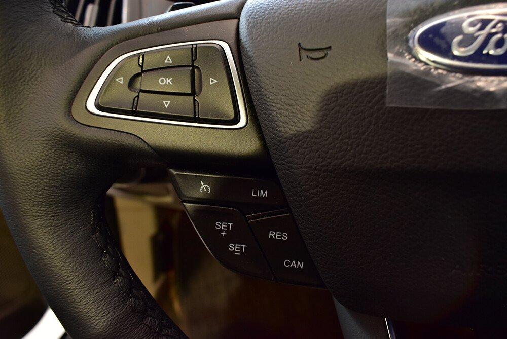 Vô-lăng  tích hợp các nút điều chỉnh đàm thoại/âm thanh rảnh tay