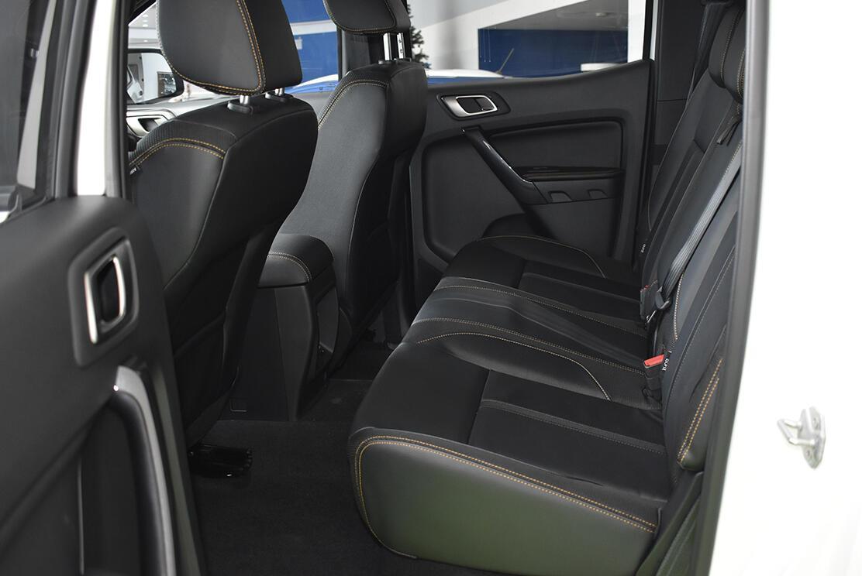 Hàng ghế sau có khoảng cách khá lớn tạo cảm giác thoải mái hàng khách