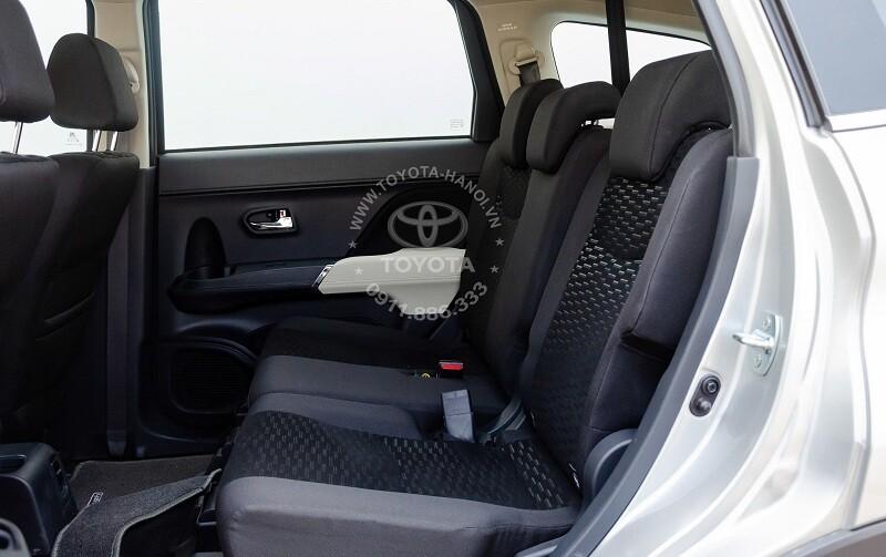 Nội thất hàng ghế sau xe Toyota Rush 2021