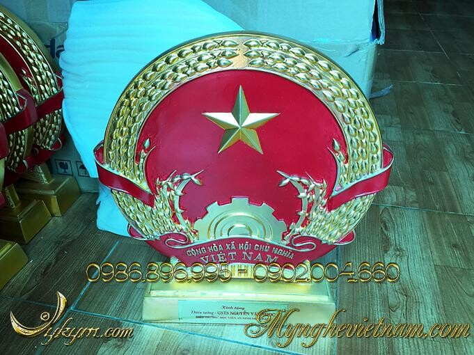 Quà tặng quốc huy mạ vàng đk 40cm, được đúc bằng nhựa composite, mạ vàng nano cao cấp.