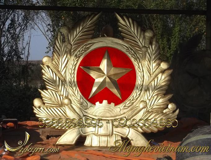 Sản xuất Quân hiệu kích thước 1m8x1m5, huy hiệu quân đội bản đầy đủ bao gồm cành tùng và vòng tròn sao vàng, bông lúa theo mẫu logo chuẩn của ngành quân đội. Chất liệu: Đúc đồng, hoặc gò đồng nổi