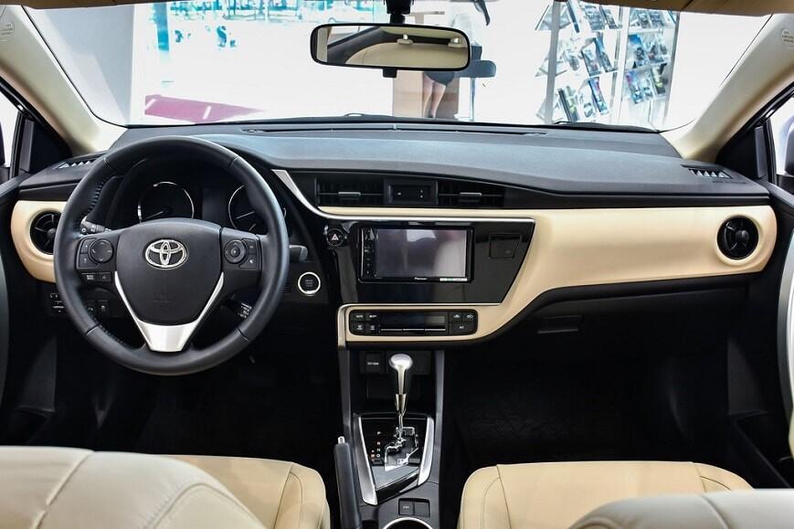 Khoang cabin xe Corolla Altis bản 1.8E CVT