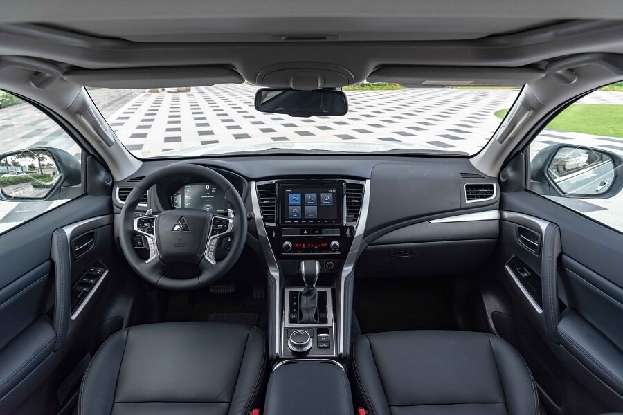 Khoang cabin xe Mitsubishi Pajero Sport máy dầu 4x4 AT