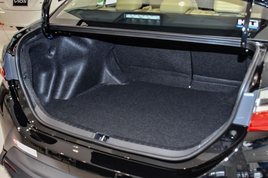 Khoang hành lý xe Toyota Altis E CVT