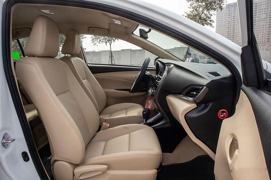 Khoang nội thất phía trước xe Vios E CVT bản tự động