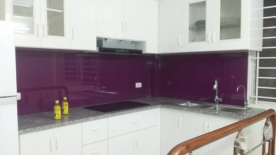 Mẫu kính màu ốp bếp đẹp