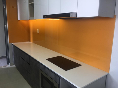 Kính ốp bếp màu cam - kính màu trang trí phòng bếp