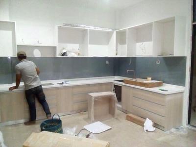 Kính ốp bếp màu ghi - kính màu trang trí phòng bếp