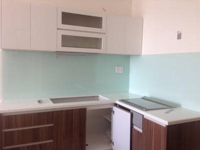 Kính ốp bếp màu trắng sữa - kính màu trang trí phòng bếp