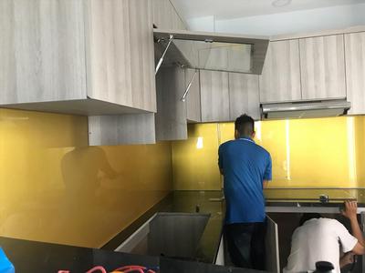 Kính ốp bếp màu vàng nhũ - kính màu trang trí phòng bếp