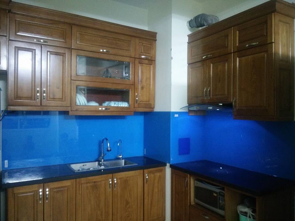 kính màu ốp bếp xanh duong