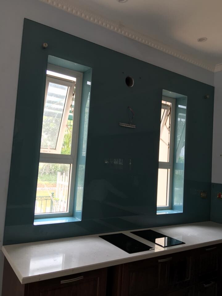 Kính màu ốp bếp xanh lơ