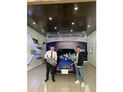 Lễ bàn giao xe cho khách hàng tại Hyundai Long Biên