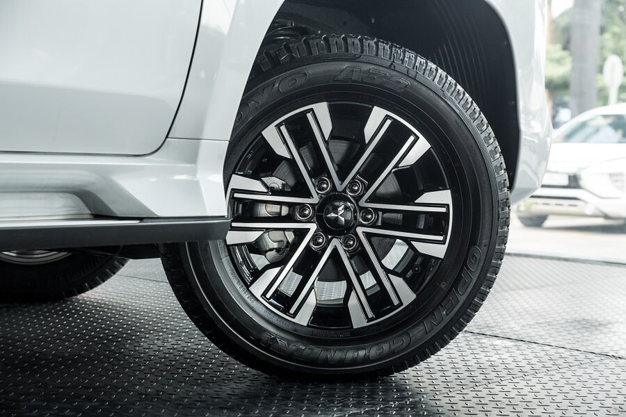 Mâm xe hợp kim 18 inch trên Pajero Sport 2.4L máy dầu 2020