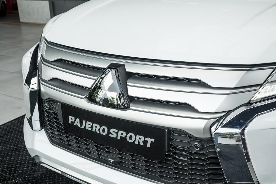 Mặt ca lăng mạ bạc khỏe khoắn của Pajero Sport 2020