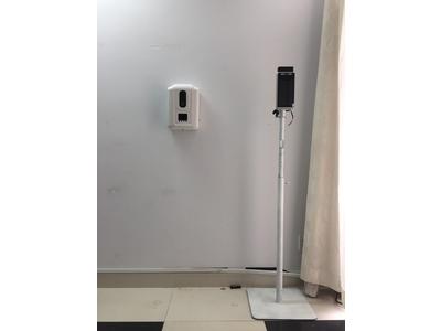 Máy kiểm tra thân nhiệt và xịt nước khử khuẩn dùng ở trường học