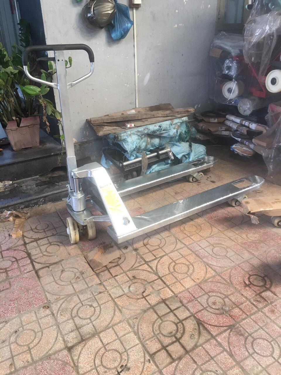 nâng tay thấp mại kẽm, xe nâng dùng trong kho lạnh , nâng di chuyển hàng kho lạnh