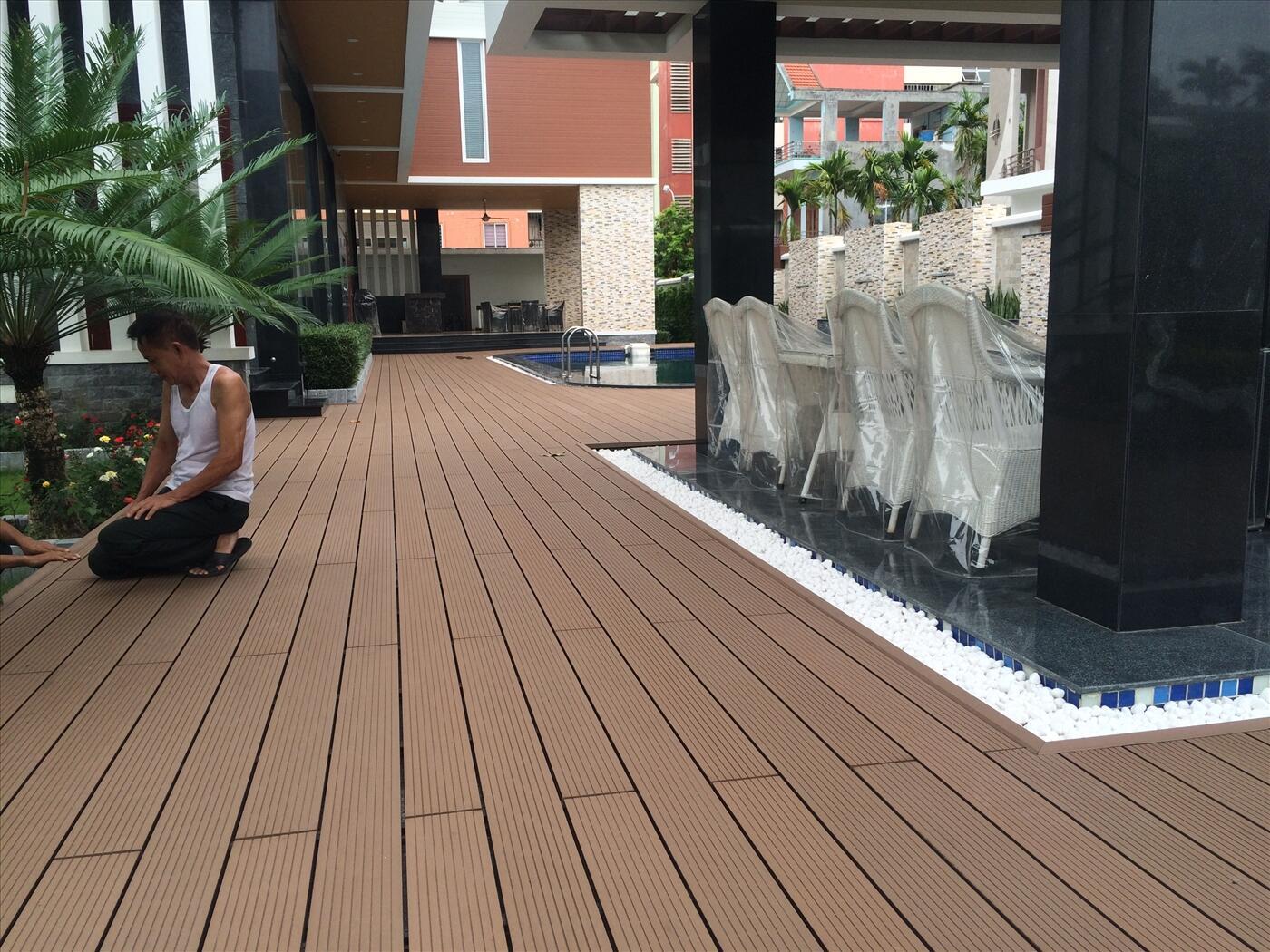 Công trình bể bơi lótsàn gỗ ngoài trời tại Đà Nẵngđẳng cấp hơn bất cứ loại vật liệu nào