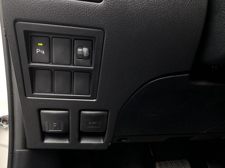Phím bật tắt cảm biến lùi và chỉnh góc chiếu sáng