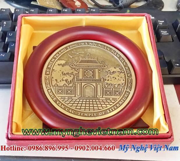 Đĩa quà tặng khuê văn các đúc đồng làm quà tặng lưu niệm, quà tặng sự kiện, quà tặng hội nghị cao cấp. sản phẩm gồm đĩa mặt trống, đế gỗ dựng và hộp đựng quà tặng sang trọng