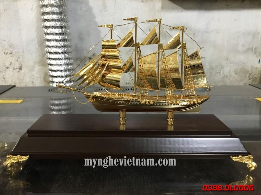 Quà tặng thuyền buồm mạ vàng 24k cao cấp để bàn làm việc.