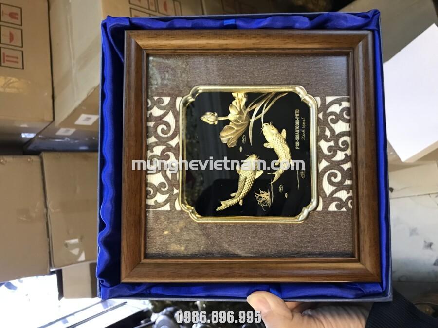 Tranh cá chép hoa sen dát vàng làm quà lưu niệm để bàn và treo tường