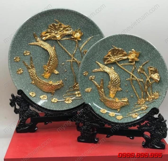 Đĩa gốm sứ dát vàng 24K cá chép hoa sen dk 25cm