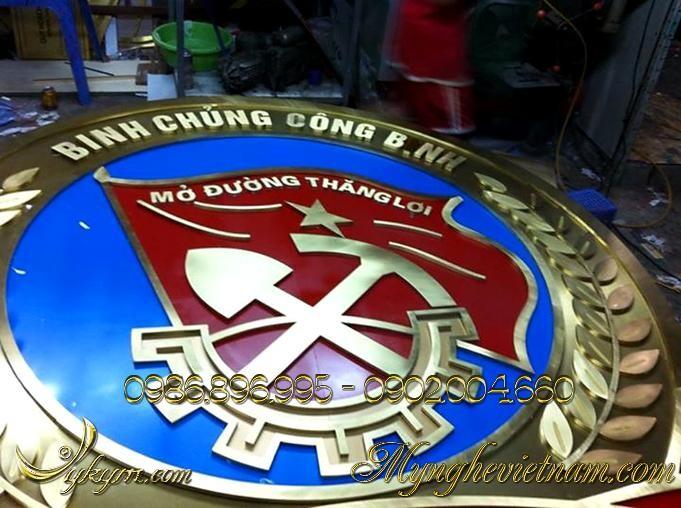 Sản xuất huy hiệu binh chủng công binh bằng đồng treo tòa nhà