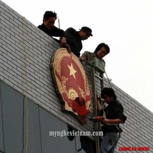 Cơ sở sản xuất quốc huy Việt Năm bằng inox và đồng vàng