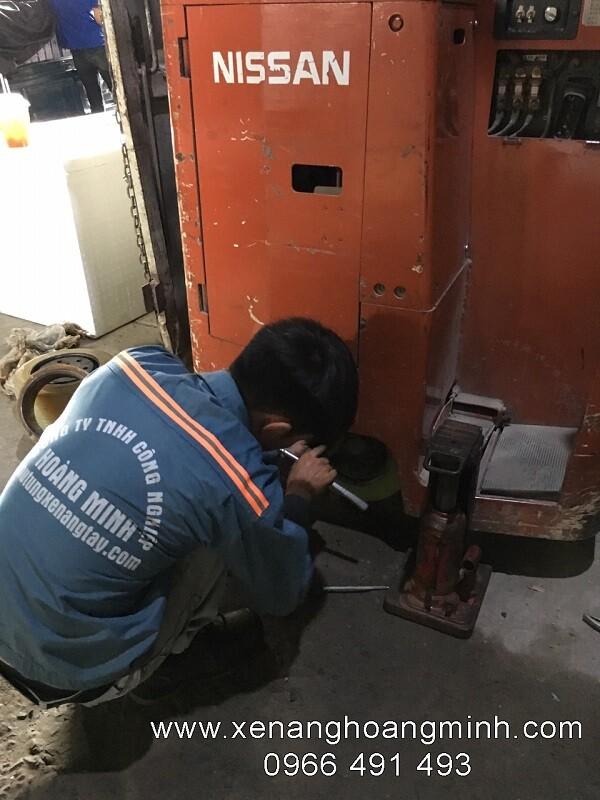 Thay bánh xe nâng điện tận nơi khách hàng- bánh xe PU nissan, Toyota, TCM, Komatsu