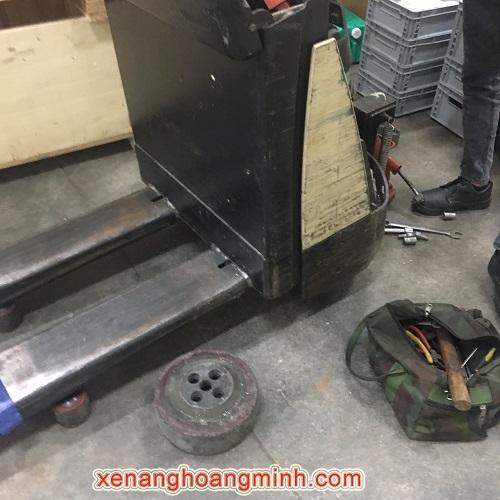 Sửa xe nâng điện, thay bánh xe PU giá tốt tại HCM