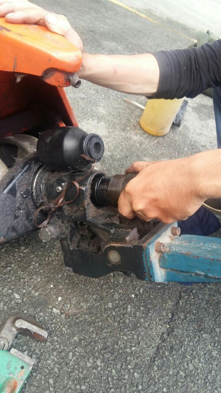 sửa xe nâng tay thay thế phụ tùng