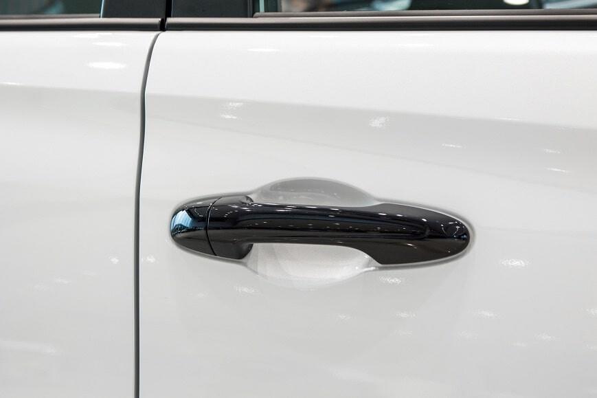 Tay nắm cửa sơn đen trên xe 5 chỗ Toyota Vios GRS